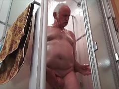 Ernst unter der Dusche.