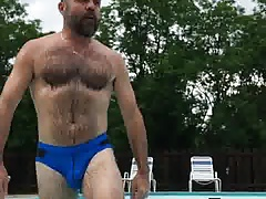 Daddy en camara lenta saliendo de la piscina