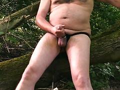 Nackt Wixspiele im Wald an der Autobahn