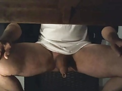 Pau do coroa embaixo da mesa - Mature cock under the desk