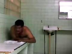 maduro jugando en el sauna